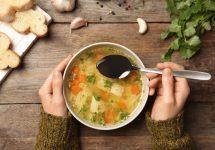 Sopas, un aliado en invierno: Nutricionista detalla los tipos y cómo prepararlas